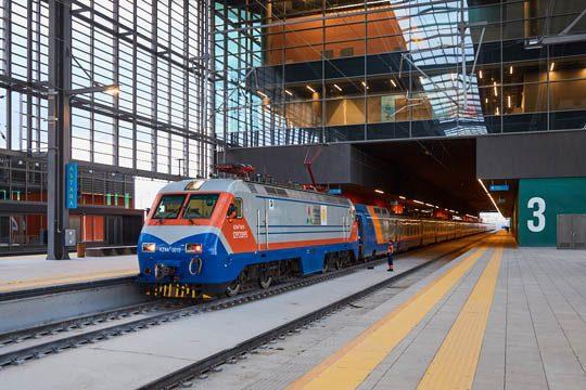 Поезд дальнего следования прибывает на вокзал «Нурлы Жол»